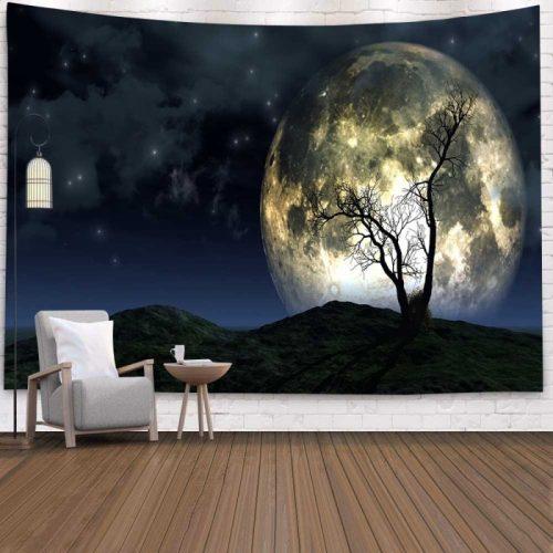 Wandkleed van maan closeup achter een boom